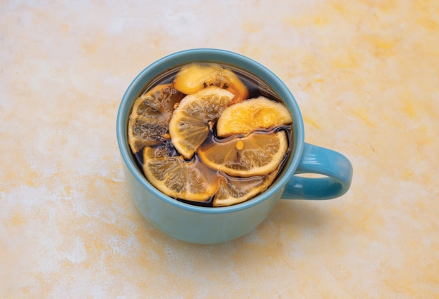 Große blaue tasse mit tee und etwas zitronenscheibe