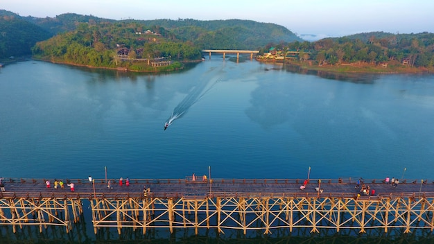 Große brücke der schönen weinlese im luftfoto-landschaftsleutegehen thailands