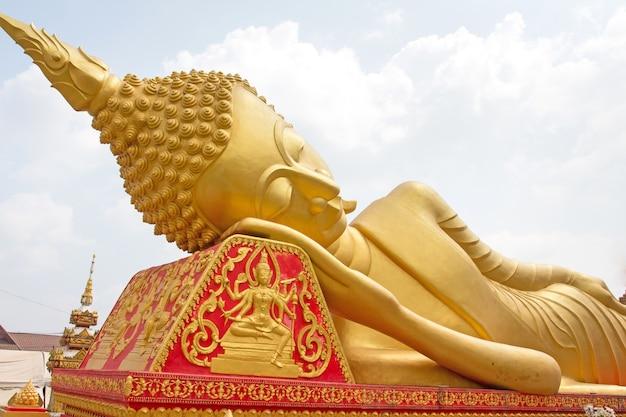 Große buddha-statue bei wat pha that luang in vientiane