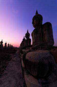 Große buddha-statue im schönen sonnenaufgang an provinz nakhon si thammarat, thailand.