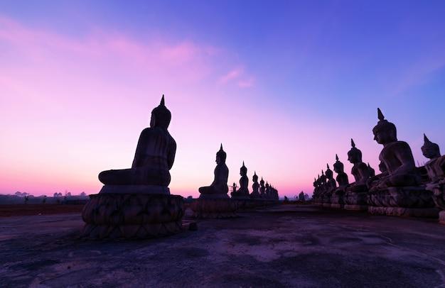 Große buddha-statue im schönen sonnenaufgang oder im sonnenuntergang an provinz nakhon si thammarat