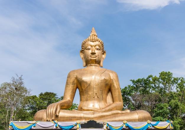 Große buddha-statue mit goldener fliese