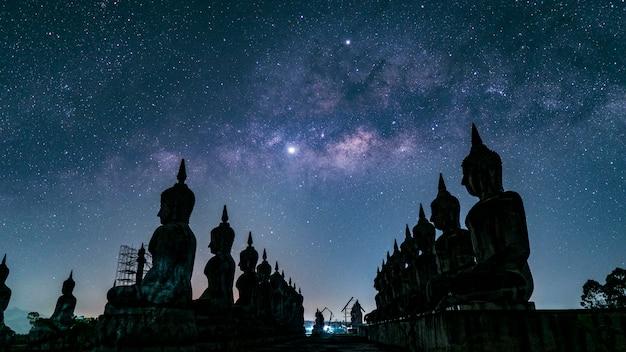 Große buddha-statue mit milchstraßegalaxie in nakhon si thammarat province, thailand