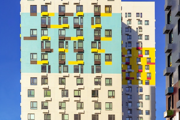 Große bunte wohnhäuser in wohnsiedlung