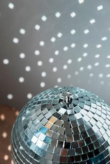 Große discokugel mit hellen partylichtern