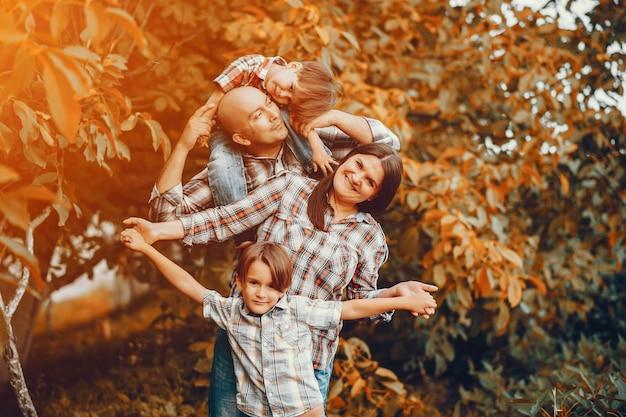 Große familie, die in einem herbstpark spielt