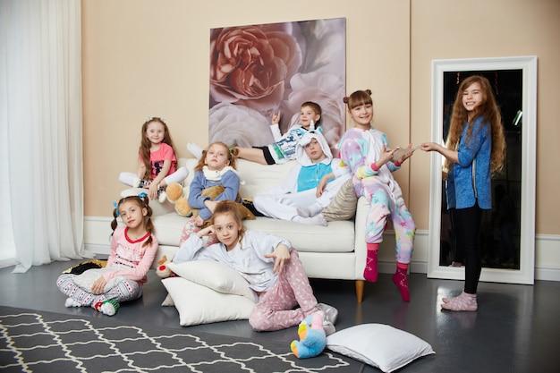 Große familie, kinder haben spaß und spielen morgens zu hause