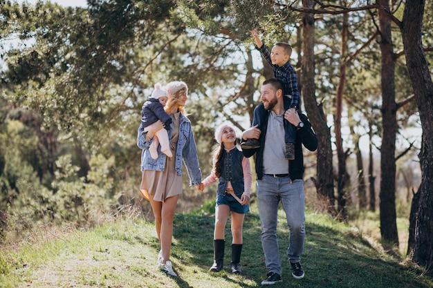 Große familie mit kindern zusammen im wald