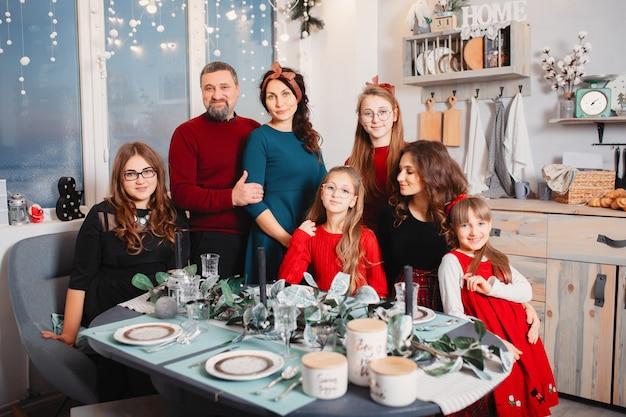 Große familie mit vier töchtern verbringen zeit zu hause