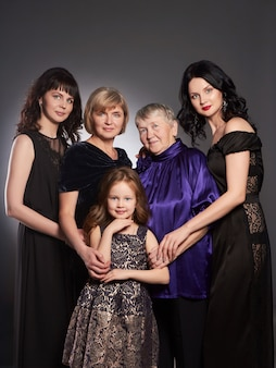 Große familienporträtfrauen, großmutter, schwester