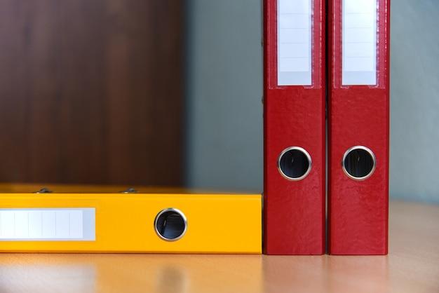 Große farbordner für dokumente auf dem tisch im büro, nahaufnahme, kopienraum