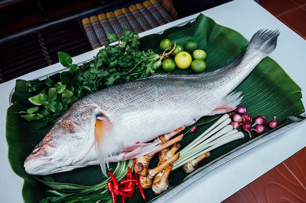 Große fische bereiten sich zum kochen vor