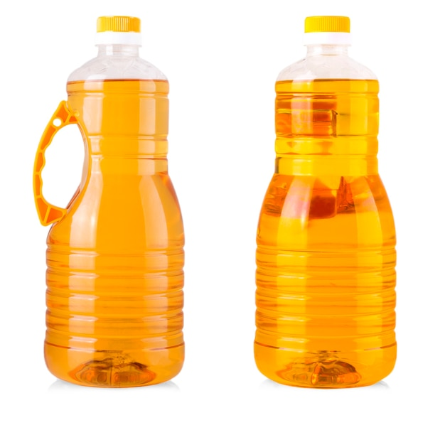 Große flaschen sonnenblumenöl auf weißem hintergrund.