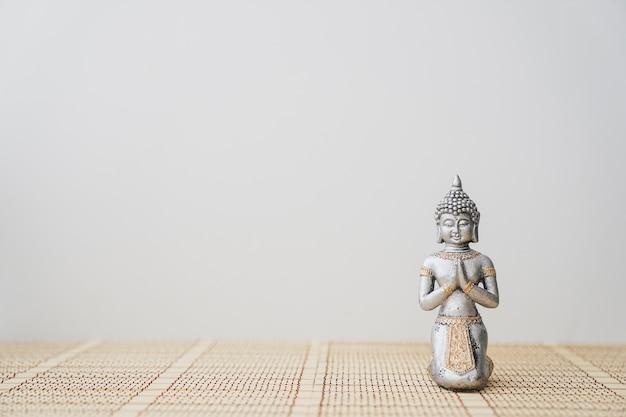 Große gestalt des buddha