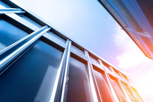 Große getreidetransporter am blauen himmelshintergrund