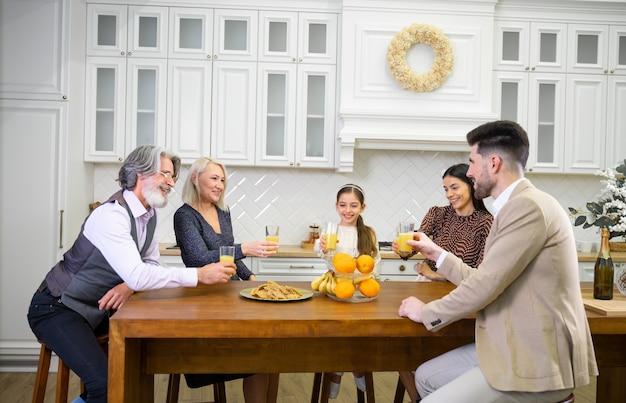 Große glückliche familie mit mehreren generationen, die geburtstag eines süßen kleinen mädchens feiert