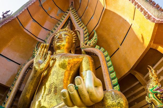 Große goldene buddha-statue in wathumsua