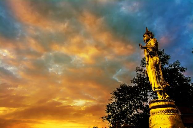 Große goldene buddha-statue