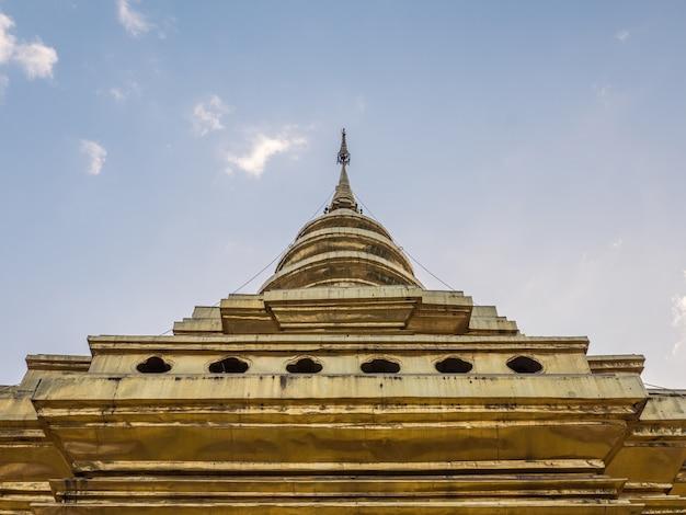 Große goldene pagode in der traditionellen thailändischen nordart.
