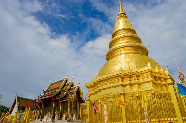 Große goldene pagode mit kirche am lamphun, thailand