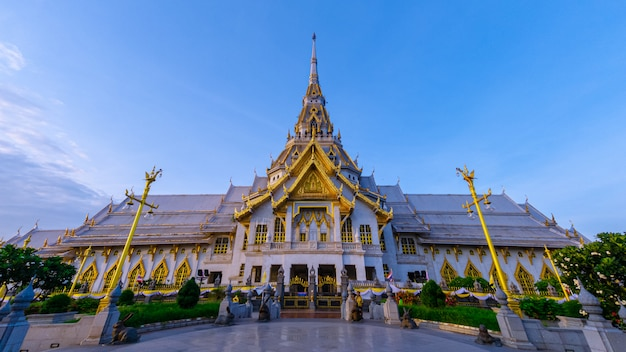 Große großartige architektur der haupthalle von wat sothon wararam worawihan, berühmter tempel von chachoengsao-provinz, thailand.