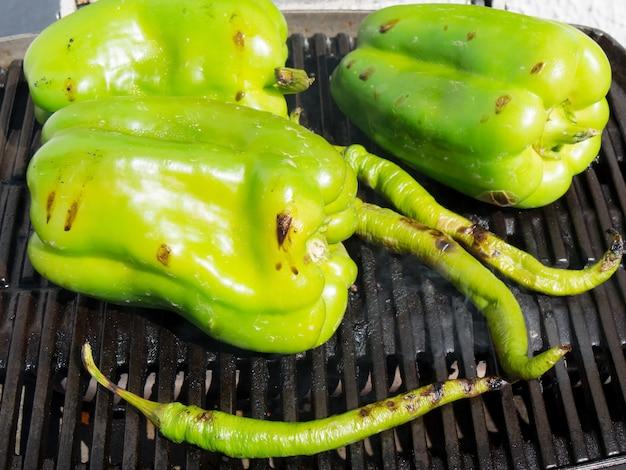 Große grüne paprikas gegrillt auf grill