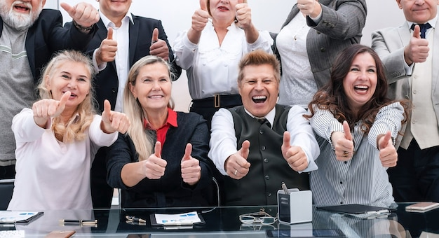 Große gruppe glücklicher mitarbeiter, die ihren erfolg zeigen