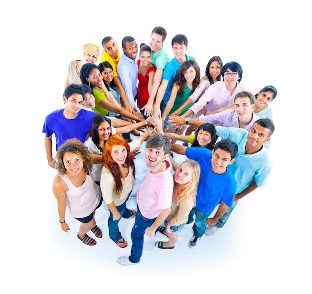 Große gruppe von personen, die hand hält