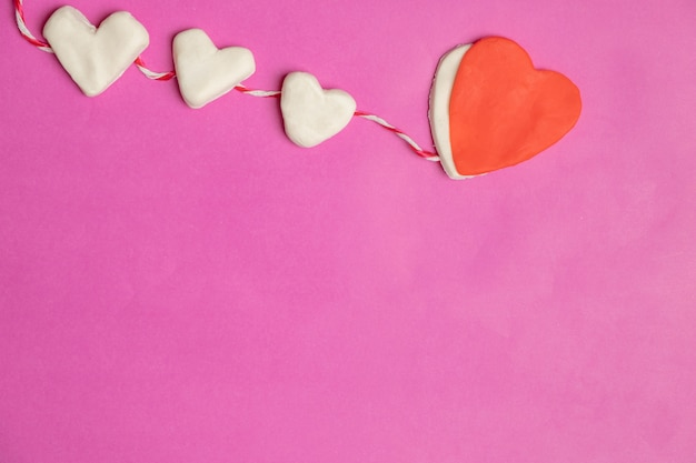 Große herzen auf rosa hintergrund mit raum für text, liebesikone, valentinstag
