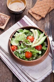Große hölzerne schüssel mit salat von oben gesehen