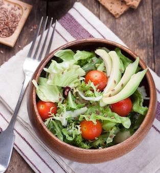 Große hölzerne schüssel mit salat