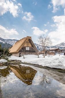 Große hütte im schnee bei shirakawago, japan