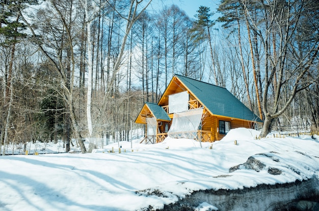 Große hütte in der schneeszene