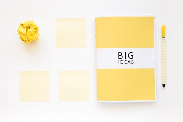 Große ideen tagebuch mit zerknittertes papier, haftnotizen und stift