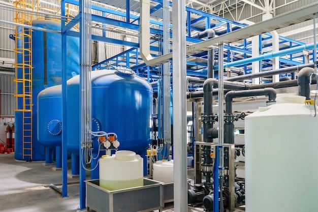 Große industrielle wasseraufbereitung und heizraum. glänzende stahlrohre und ventile aus metall.