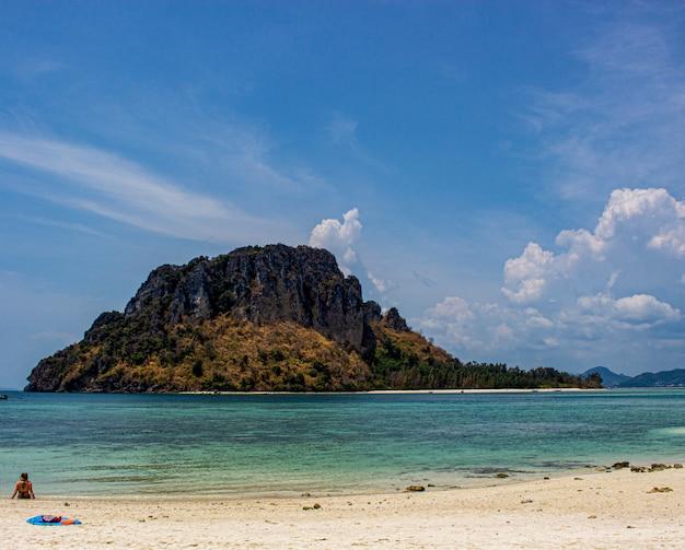 Große insel im meer mit blauem himmel und wolkenhintergrund, thailand.