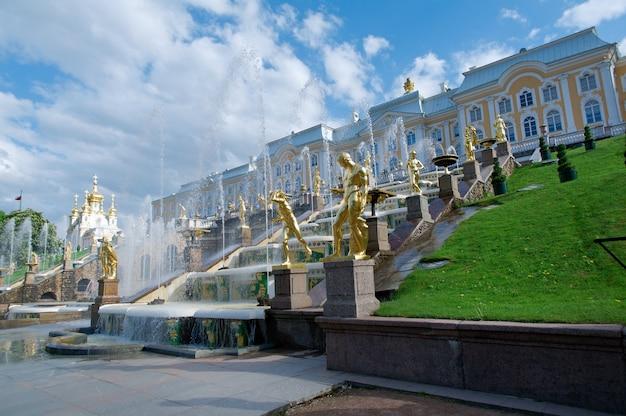 Große kaskade nahe peterhof-palast in russland