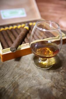 Große kiste kubanische zigarren auf einem holztisch in einer ansehnlichen verpackung