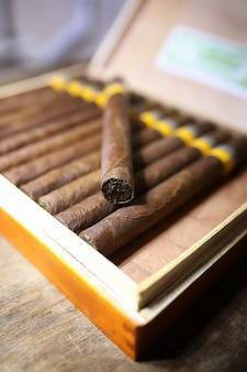 Große kiste mit kubanischen zigarren auf einem holztisch in einer ansehnlichen verpackung