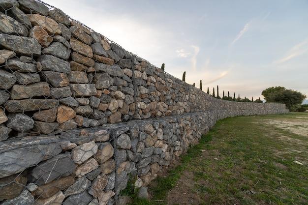 Große lange steinmauer