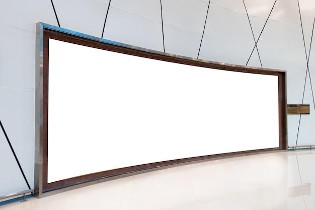 Große leere gebogene anschlagtafel auf gestreifter wand
