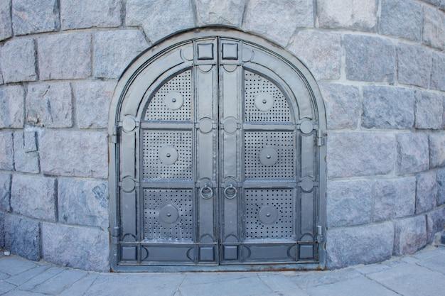 Große metalltür innerhalb der mauern des schlosses
