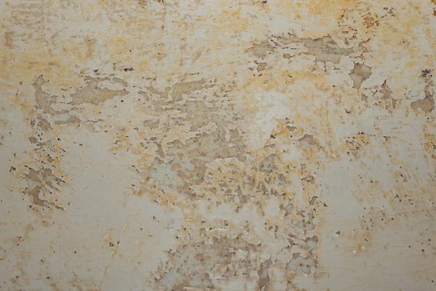 Große nasse stellen und risse und schwarzer schimmel an der wand in der nähe von mehl im hausraum nach starkem regen und viel wasser.
