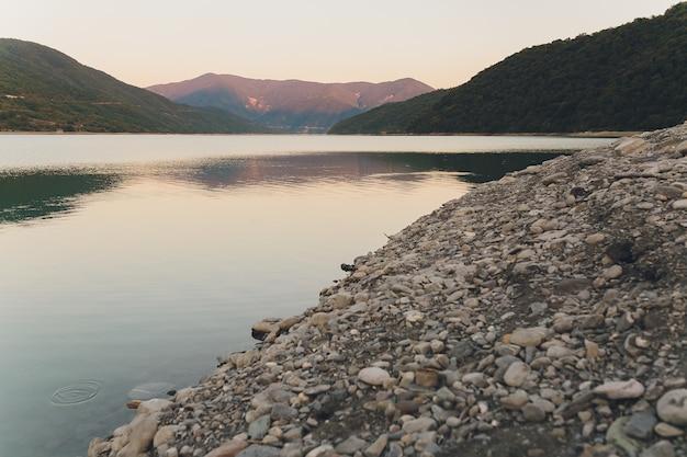 Große natürliche trittsteine über einen fließenden fluss fluss seekanal friedlich noch ruhig entspannend im freien wanderung wanderung erkunden reisen