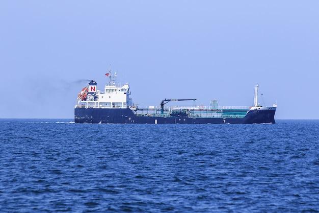 Große öltanker auf see, tanker sind schiffe, die für den transport von rohöl ausgelegt sind, um große mengen rohöl zur raffinerie zu transportieren