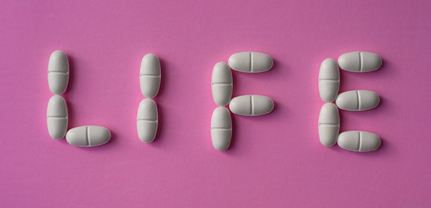 Große pillen oder tabletten mit dem textleben angeordnet
