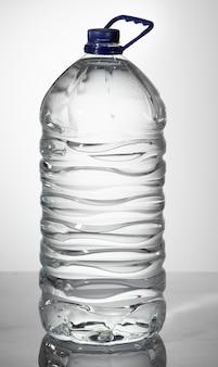Große plastikflasche mit sauberem trinkwasser