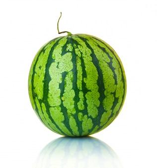 Große reife wassermelone lokalisiert auf dem weiß