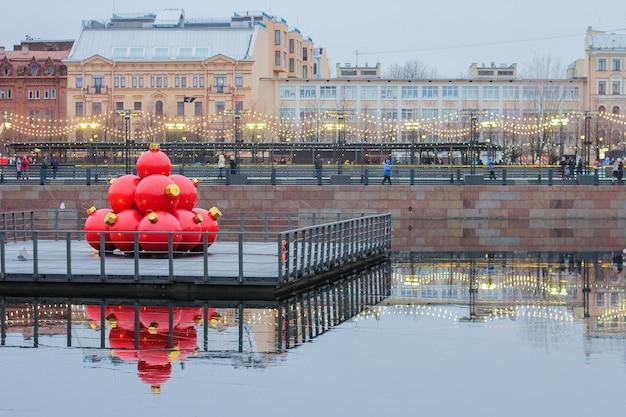 Große rote kugeln auf der brücke. weihnachtsdekoration der stadt. festliche stimmung.