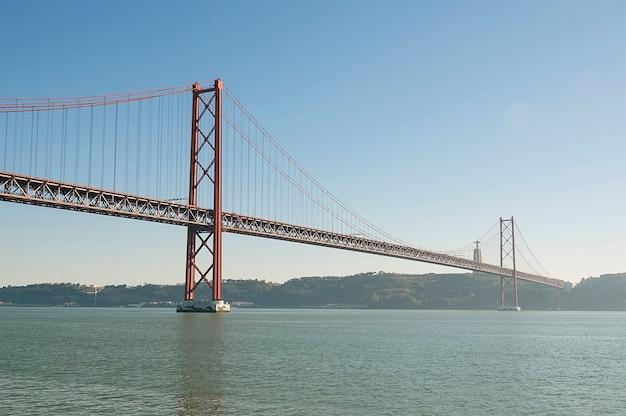 Große rote metallbrücke in lissabon